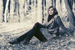 Glückliche blonde Modefrau im Herbstwald Stockfotos