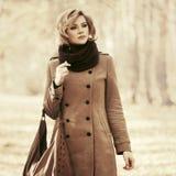 Glückliche blonde Modefrau mit dem Handtaschengehen im Freien Lizenzfreie Stockbilder