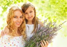 Glückliche blonde Mutter und ihre Tochter Stockfoto