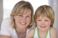 Glückliche blonde Mutter und Sohn Lizenzfreies Stockbild