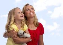 Glückliche blonde Mutter und Tochter, die oben schaut Lizenzfreies Stockfoto