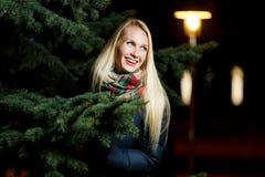 Glückliche blonde nahe Winterkiefer Stockfotografie