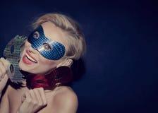 Glückliche blonde Schönheit in der Maske. Stockbild
