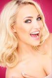 Glückliche blonde sexy Frau, die Kamera betrachtet Lizenzfreies Stockbild