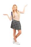 Glückliche blonde Studentin mit den angehobenen Händen Stockfoto