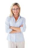Glückliche blonde tragende Lesebrille Stockfotos