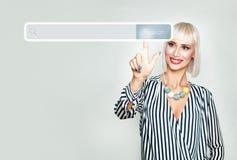 Glückliche Blondine, die auf Internet surfen Lizenzfreie Stockbilder