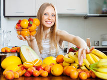 Glückliche Blondine, die Früchte wählen Stockfotografie