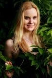 Glückliche Blondine im Wald Lizenzfreies Stockfoto