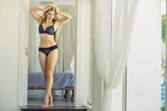 Glückliche Blondine kam zum karibischen Hotel Lizenzfreie Stockbilder
