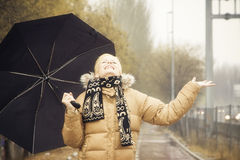 Glückliche Blondine unter Regen Lizenzfreie Stockfotos