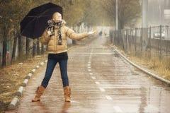 Glückliche Blondine unter Regen Lizenzfreie Stockfotografie