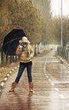 Glückliche Blondine unter Regen Lizenzfreies Stockfoto