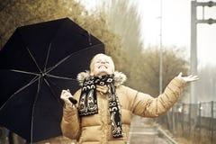 Glückliche Blondine unter Regen Stockfotos