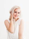 Glückliche Blondinenflirts und -lachen lizenzfreies stockfoto