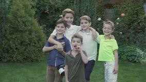 Glückliche Brüder der fünfköpfigen Familie stock video