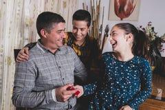 Glückliche Brüder, die Geschenk geben, um am Vatertag hervorzubringen stockbilder