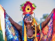 Glückliche brasilianische Frau, die buntes Kostüm bei Carnaval 2016 in Rio de Janeiro, Brasilien trägt