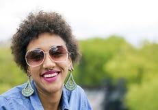 Glückliche brasilianische Frau, die draußen lächelt Stockfotos
