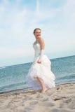 Glückliche Braut auf dem Strand Stockfotos