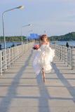 Glückliche Braut auf der Brücke Stockfotografie