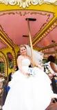 Glückliche Braut auf einem Karussell Lizenzfreie Stockbilder