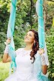 Glückliche Braut auf einem Schwingen lizenzfreie stockfotografie