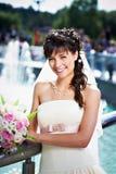 Glückliche Braut auf Hintergrund des Brunnens Lizenzfreies Stockfoto