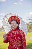 Glückliche Braut, die vietnamesische AO Dai trägt Lizenzfreie Stockfotografie