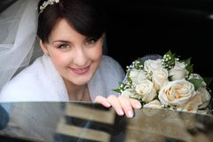 Glückliche Braut im Auto Stockfotografie