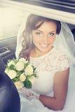 Glückliche Braut im Auto, abgetönt lizenzfreie stockbilder