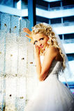 Glückliche Braut im schönen Innenraum des luxuriösen ho Lizenzfreies Stockbild