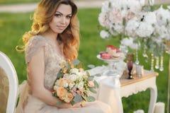 Glückliche Braut im Sommergartenbrautblumenstrauß Stockfoto