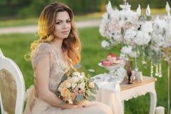 Glückliche Braut im Sommergartenbrautblumenstrauß Stockbild