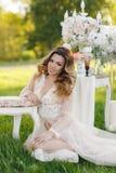 Glückliche Braut im Sommergartenbrautblumenstrauß Lizenzfreie Stockfotografie