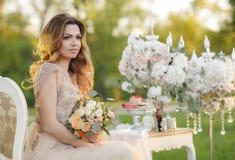 Glückliche Braut im Sommergartenbrautblumenstrauß Stockfotos