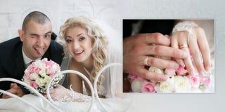 Glückliche Braut mit einem Hochzeitsblumenstrauß von den Rosen und vom netten Bräutigam, der heraus die Zunge setzt, Lüge auf ein Stockbilder