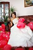 Glückliche Braut mit roten Kugeln Stockfotos