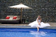 Glückliche Braut nahe einem Pool Stockfoto