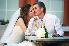 Glückliche Braut und Bräutigam Stockfoto