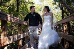 Glückliche Braut und Bräutigam auf Promenade Stockfotos