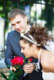 Glückliche Braut und Bräutigam an der Hochzeit gehen in den Park Stockfoto