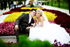 Glückliche Braut und Bräutigam an der Hochzeit gehen in Park Stockbilder