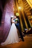 Glückliche Braut und Bräutigam in der modernen Hotelhalle stockfotos
