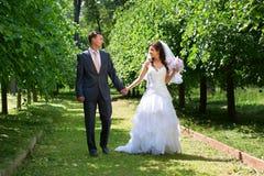 Glückliche Braut und Bräutigam in der schattigen Gasse lizenzfreie stockfotos