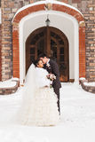 Glückliche Braut und Bräutigam des romantischen Kusses am Winterhochzeitstag Stockfoto