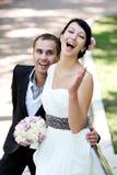Glückliche Braut und Bräutigam, die ihren Hochzeitstag genießt Stockfotos
