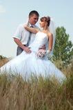 Glückliche Braut und Bräutigam draußen Stockbilder