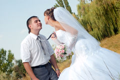Glückliche Braut und Bräutigam draußen Lizenzfreies Stockbild