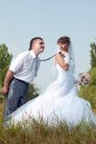 Glückliche Braut und Bräutigam draußen Lizenzfreies Stockfoto